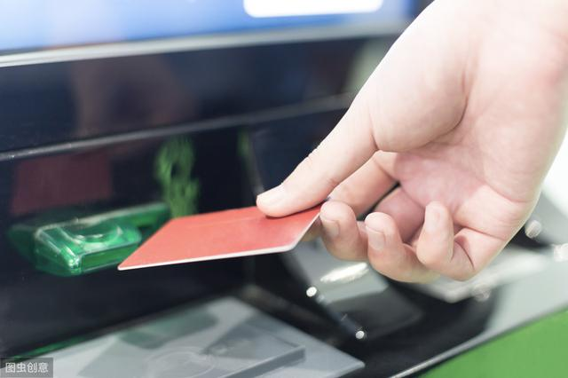 帮人取款每百元抽10元回扣,最终涉嫌诈骗罪被批捕