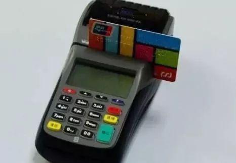 信用卡消费退款,商家让客户付手续费,合理吗?